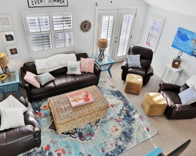 Dog-Friendly Home with High-Speed WiFi and Central AC - Snowbird-Friendly! - Madeira Beach
