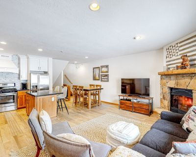 Steps to Free Town Shuttle! Townhouse w/ Private Hot Tub, 2 Fireplaces & WiFi! - Park City