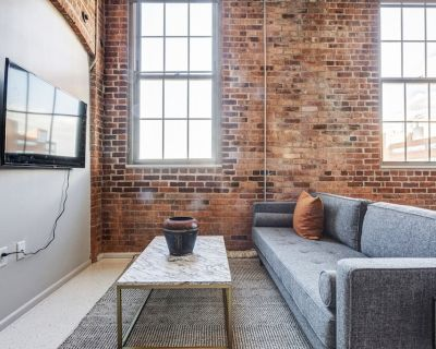 Lux Charlestown Studio w/ W/D, Roof Patio, Doorman, by Blueground - Thompson Square - Bunker Hill