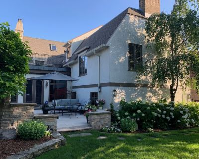 DNC: Remodeled English Tudor 1 block from Lake Michigan & minutes from downtown - Shorewood