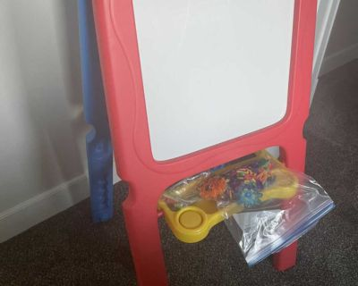 Kids easel with magnetic whiteboard and chalkboard