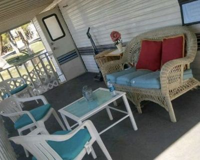 Lakefront tiny home with mineral hot springs pools - Desert Hot Springs