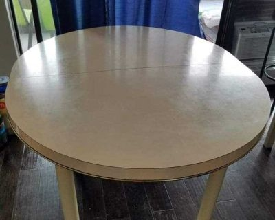 Extendible dining table with 4 solid wood chairs