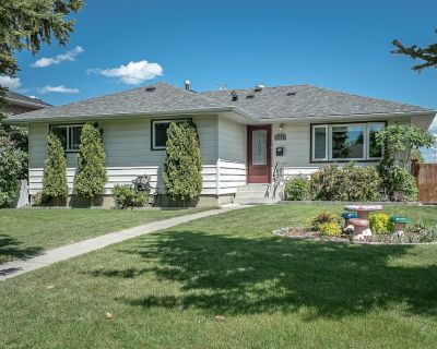 Beautiful Romantic Home, Close to Airport and Downtown - Northwest Calgary