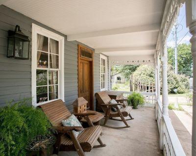 Gillespie House Suites   Traditional B&B   1 Block to Main - Fredericksburg
