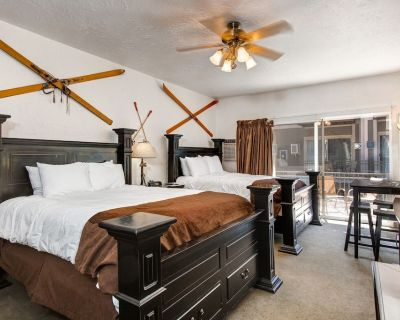 Prospector 404 by Moose Management-24hr Check-In, Hot Tub, Pool, 2min to Main - Park City