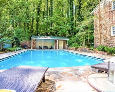 Spacious 5 Bdrm Home*HotTub*BBQ*Foosball*SUMMER:Pool-Close To Airport&Downtown - East Point