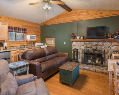 Whispering Pine Cabins - Blue Spruce - Upper Canyon with Fireplace & Kitchen - Ruidoso