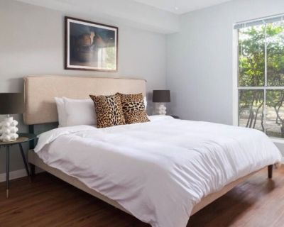Spacious and Modern Hotel Suites with Heated Pool, Gym and Hot Tub! - Uptown