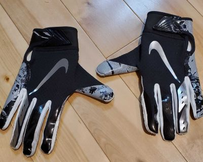 NEW Nike Football Gloves (Youth Large)