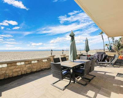 Lower Beach Front Escape: steps from sand, pool table, firepit & BBQ patio - West Newport