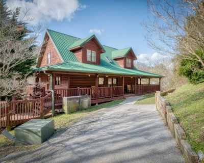 Roomy cabin, close to Dollywood, with hot tub and pool table - Pigeon Forge