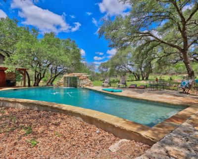 Serendipity Farmhouse - Rustic Charm with Swimming Pool Access - Wimberley
