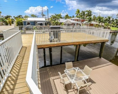 Beautiful remodeled 3/2 with huge decks - in Times Square - walk to everything! - Fort Myers Beach