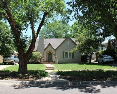 Charming Cottage blocks from Amarillo College, I-40, and 1-27 in tree lined area - Amarillo