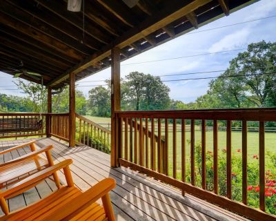 16 gated acres, 2 bd cabin, deck/hot tub, fishing, pets ok - Knoxville
