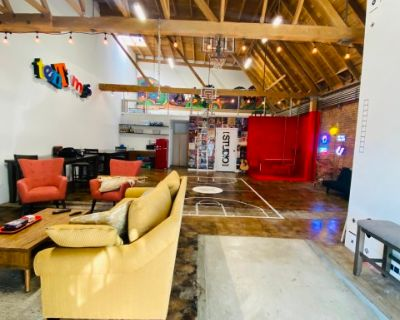 Super Cool Creative Space To Have A Team Meeting. Equipped with TV Lounge, Kitchenette, Desks & Tables to be Very Productive. (Blocks away from the L.A. Convention Center), Los Angeles, CA