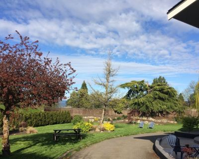 Beautiful Ocean View Home Near the Airport, Ocean and Wineries! - North Saanich
