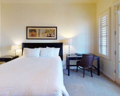 An Upstairs Legacy Villas Studio with a King Bed, Full Bath and Private Balcony! - La Quinta
