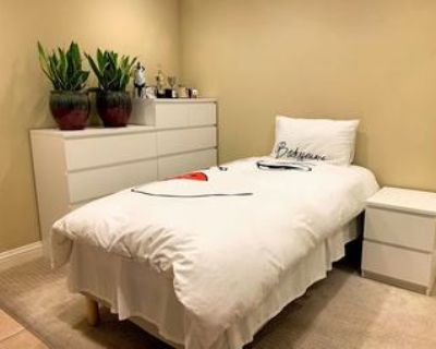 Women Only] Room w/ Shared Bath in RWC House -Available now- $900