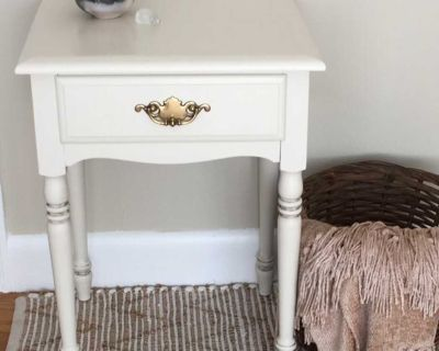 Accent Table/Bedside Table