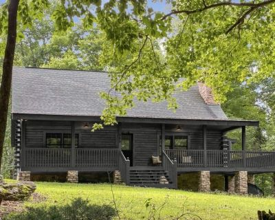 Luxuriously appointed log cabin on private lot in gated community-nearby hiking! - Black Mountain