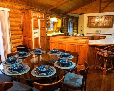 Wild Vines Log Cabin .5miles from Ky Lake, Hot Tub, Pool Table, 1500sqft Venue! - Benton