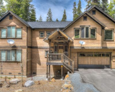 Luxury home with HOT TUB! Minutes from Downtown Kings Beach! Backyard Hike! - Kingswood Estates