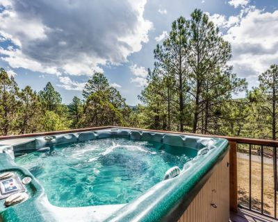Big Rock Chalet: Gorgeous Views, Great Location, 4 Bedrooms, and a HOT TUB! - Ruidoso