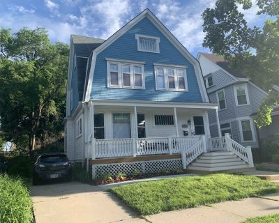 Single family house in lively East Side district, walk to shops & Lake Michigan - Milwaukee