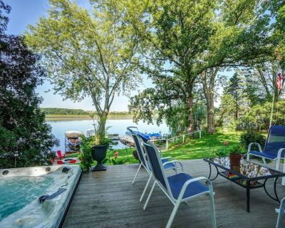 Newly remodeled cottage with beautiful sunsets, fire pit, hot tub. 4 ADULTS MAX! - Tichigan