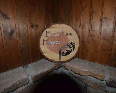 Bear Paw Haven -- Hot Tub -Pet friendly. A Quaint Retreat--Free WiFi - Woodland Park
