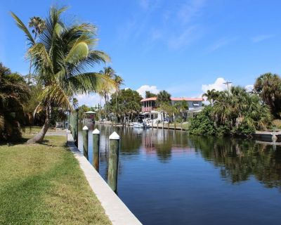 THREE Minutes to Open Water! Fantastic, Remodeled Fishing Retreat on Gulf-Access Canal, Free Wifi! - Bokeelia