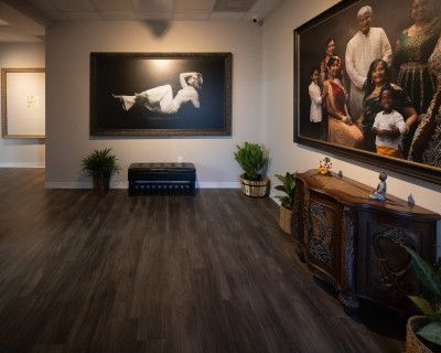 Beautiful Modern Newly Renovated Studio with Lounge and Hair/Makeup Salon., Cooper City, FL