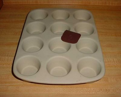 Barely Used Pampered Chef Family Heritage Stoneware 12-Cup Muffin Non-Stick Baking Pan Complete With Nylon Pan Scraper $15
