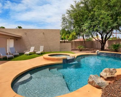 Best part of Scottsdale. PRIVATE AND UPSCALE. Set up the BEDDING to fit your group's needs. BBQ/Firepit/Golf Putting Green/ Sport Court. Outdoor Dining & Open Kitchen. Private heated pool (optional) a - Buenavante