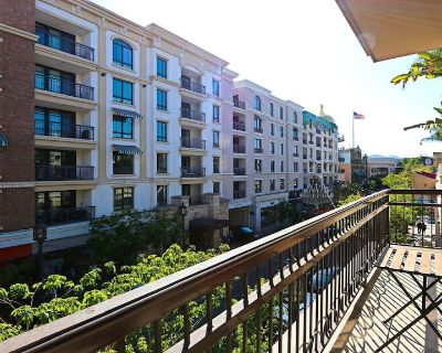 Spacious corner suite with private balcony & patio direct pool access! - Downtown Glendale