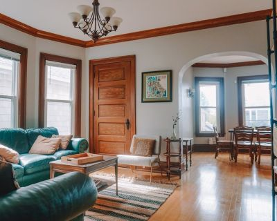 Classic Bayview Duplex with 6 bedrooms and parking, 8 minutes from downtown - Bay View