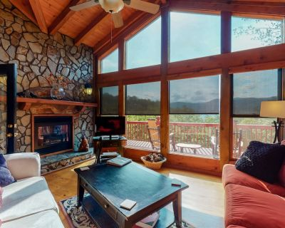 Inviting cabin w/ mountain views, private indoor hot tub, gas grill, & deck! - Blue Ridge