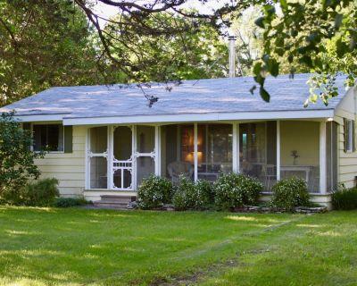 Charming Waterfront Summer Cottage on Bay of Quinte - North Port