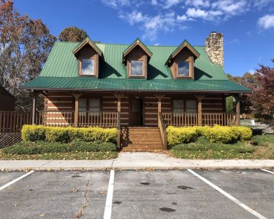 Wears Valley Lodge}No Steep Roads-Easy Access-WiFi-Hot Tub-Game room-Hot tub - Pigeon Forge