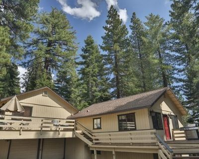 Tahoe Hideaway: 3BR/2.5BA, 12min walk to Lake Tahoe, Hottub, Wifi, BBQ, TV. - Tahoe Vista