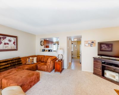 Three-Story, Dog-Friendly Townhouse w/ Free WiFi, Gas Fireplaces, & Washer/Dryer - Park Meadows