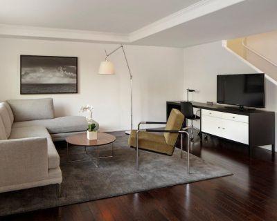 AKA Residences Premium Duplex Townhouse w/ Private Entrance, Kitchen, & WiFi - Beverly Hills