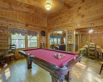Splendid cabin with fireplace, hot tub, pool table, and seasonal pool access - Pigeon Forge