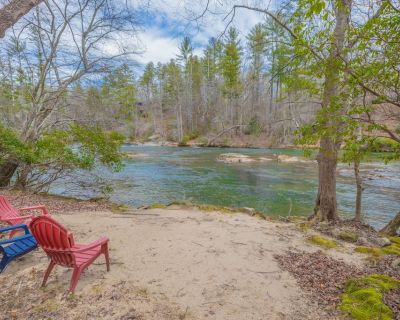 New Listing! 4br Chattahoochee Riverfront Cottage with High Speed WiFi - Cleveland
