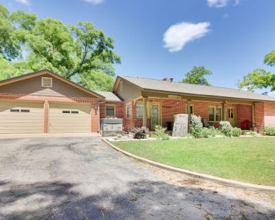 Charming, dog-friendly home with patio & gas grill - close to town! - Fredericksburg