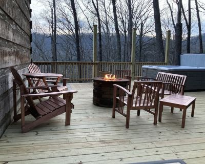 Relaxing mountain cabin w/hot tub, fire table, and WiFi! - Five Points