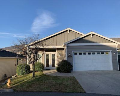Hillcrest home, 3 bedroom, 2 1/2 bathroom 2146 square foot house. - Medford