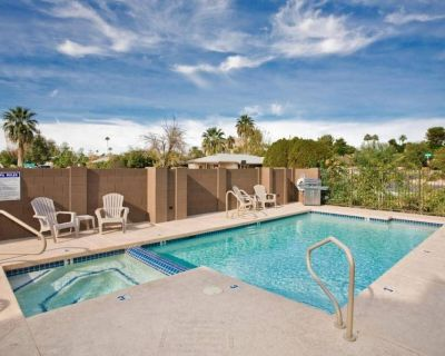 Spacious Luxury in Old Town w/King Beds- Vacation in Style & walk to the action! - South Scottsdale